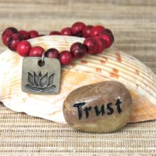 Lotus acai beaded bracelet with Trust talistione